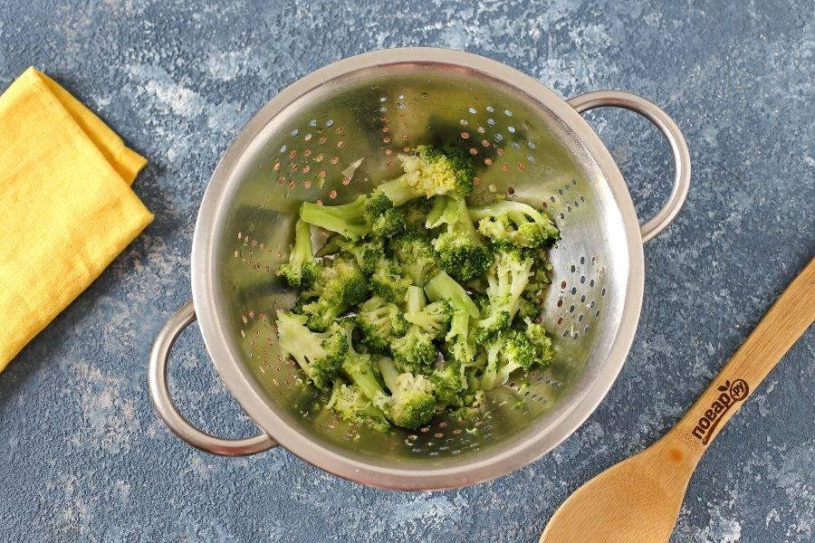 Брокколи разберите на соцветия, отварите в течение 5 минут в подсоленной воде и откиньте на сито или дуршлаг.