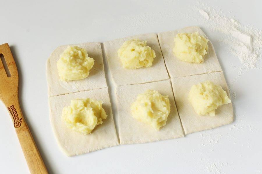 Выложите по центру картофельную начинку.