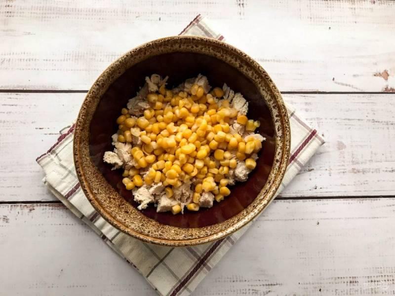К куриной грудке добавьте консервированную кукурузу.