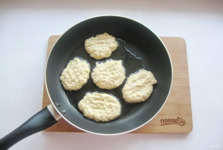 На хорошо разогретую сковороду с рафинированным подсолнечным маслом столовой ложкой выкладывайте тесто.