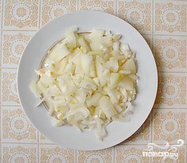 4.Нарезаем мелко лук и немного его спассеруем в растительном масле. Можно бросить луковицу в чечевицу, а после луковицу из похлебки вынуть.