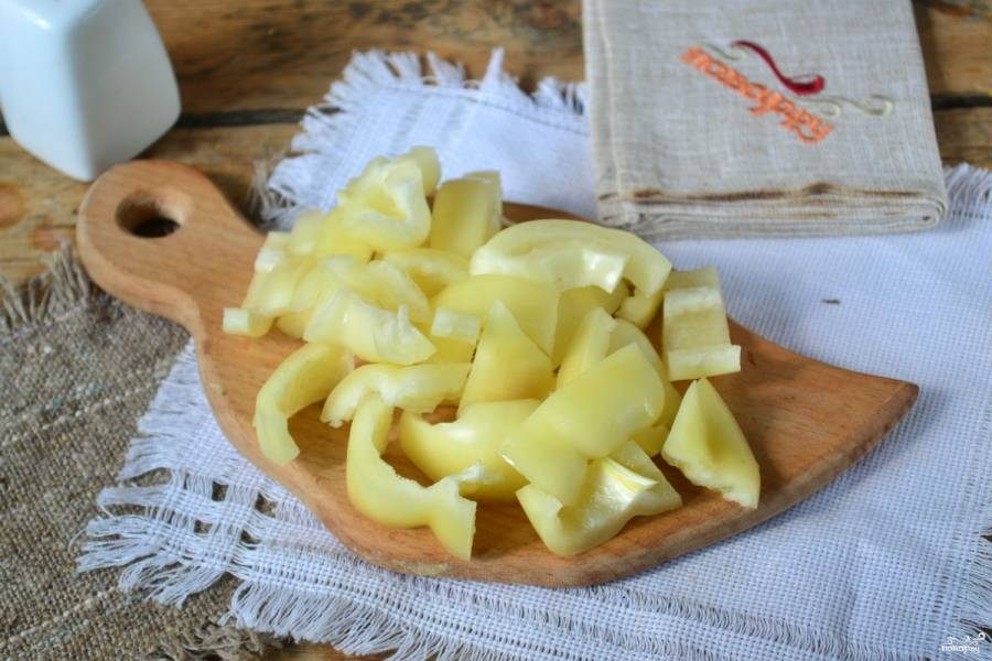 Перец порежьте, почистите и измельчите соломкой среднего размера.