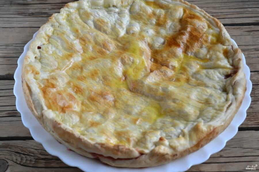 Запекайте пирог в духовке 30 минут при температуре 180 градусов. На готовом пироге образуется красивая румяная корочка.