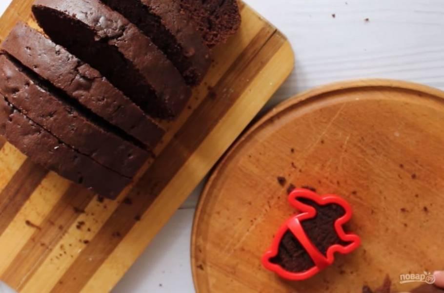 3. Вылейте тесто в форму для выпекания и выпекайте в разогретой до 180 градусов духовке 45 минут. Затем разрежьте тесто на ломтики и из каждого вырежьте зайца с помощью формы для печенья.