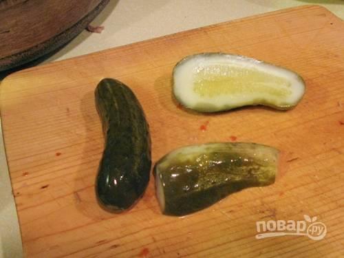 7. Небольшими кубиками нарежьте огурчики и отправьте в кастрюлю следом за колбасой.