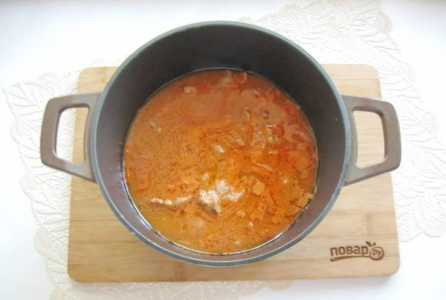В готовое блюдо добавьте измельченный чеснок.