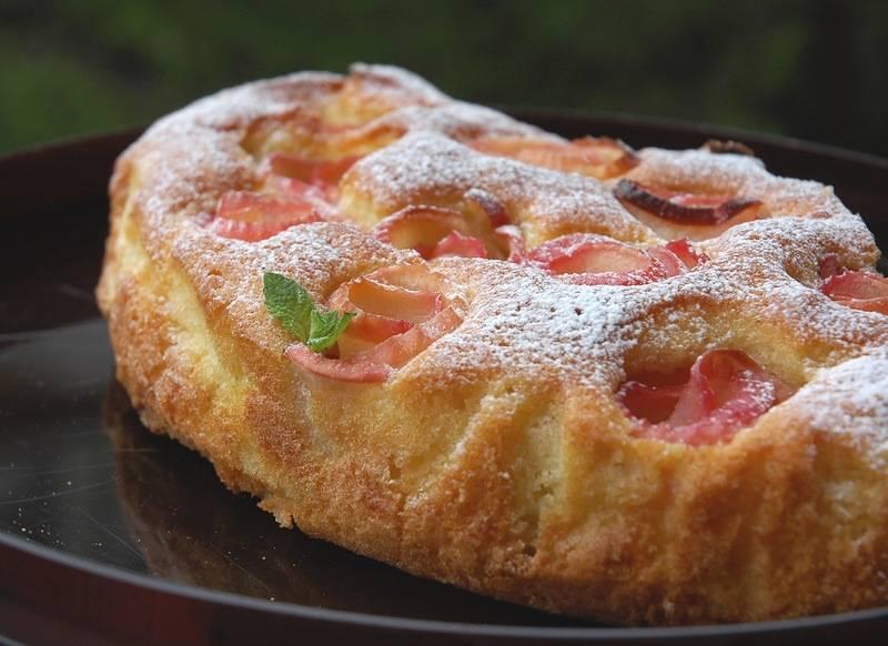 8. Готовый торт при желании можно присыпать сахарной пудрой.