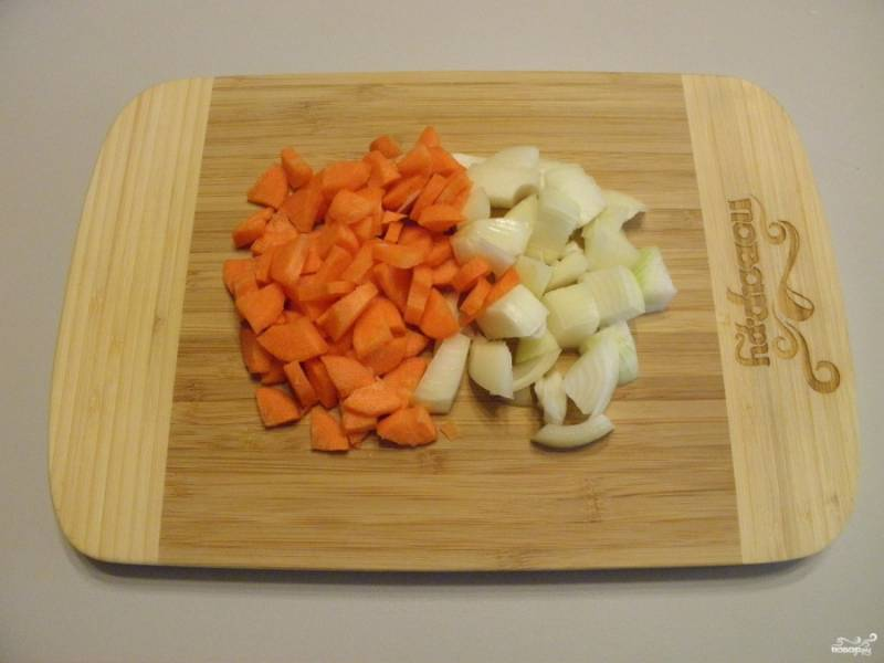 Лук и морковь порежьте небольшими кубиками. Не используйте терку, за длительное время тушения морковь просто потеряется.