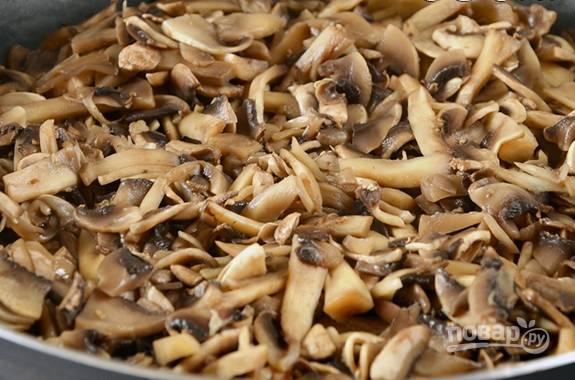 Разогреваем сковороду со сливочным маслом, выкладываем в неё грибы. Обжариваем до полного испарения жидкости.