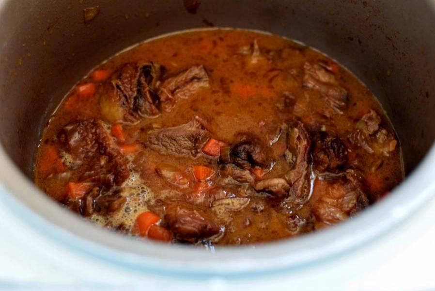 Залейте мясо кипятком вровень с мясом и тушите полчаса.
