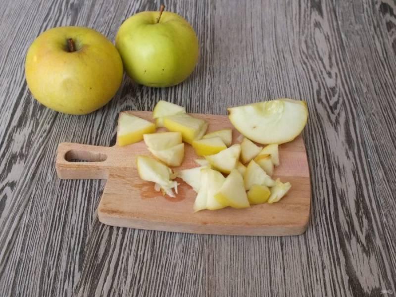 Яблоко нарежьте на маленькие кусочки.