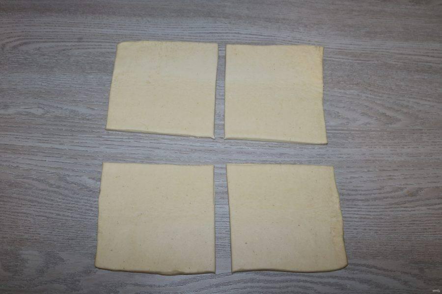 Тесто раскатайте и разрежьте на 4 квадрата.