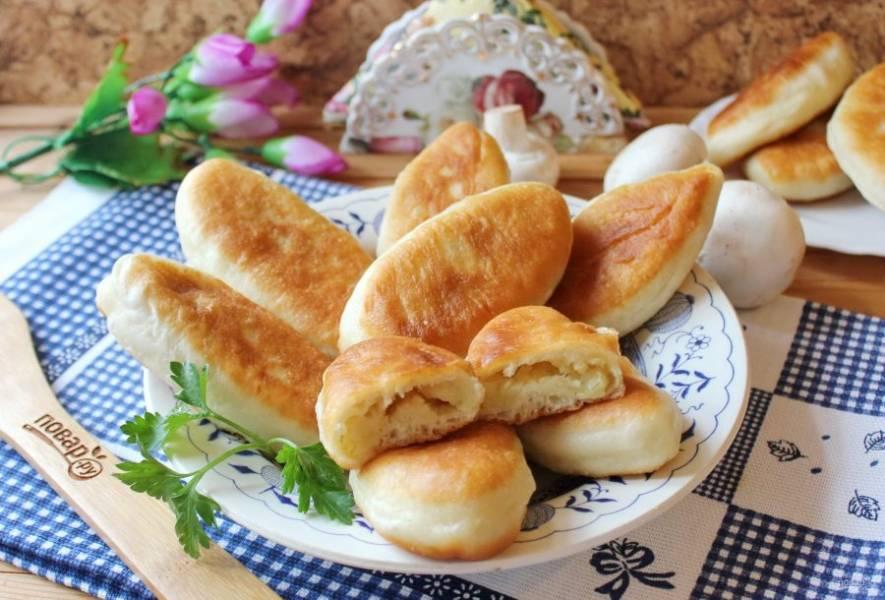 Пряженые пирожки с картофелем, луком и грибами готовы.