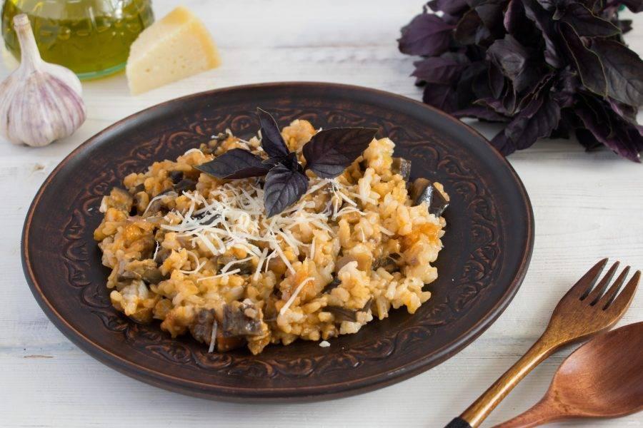 Подавайте с листиками базилика и тертым пармезаном. Приятного аппетита!
