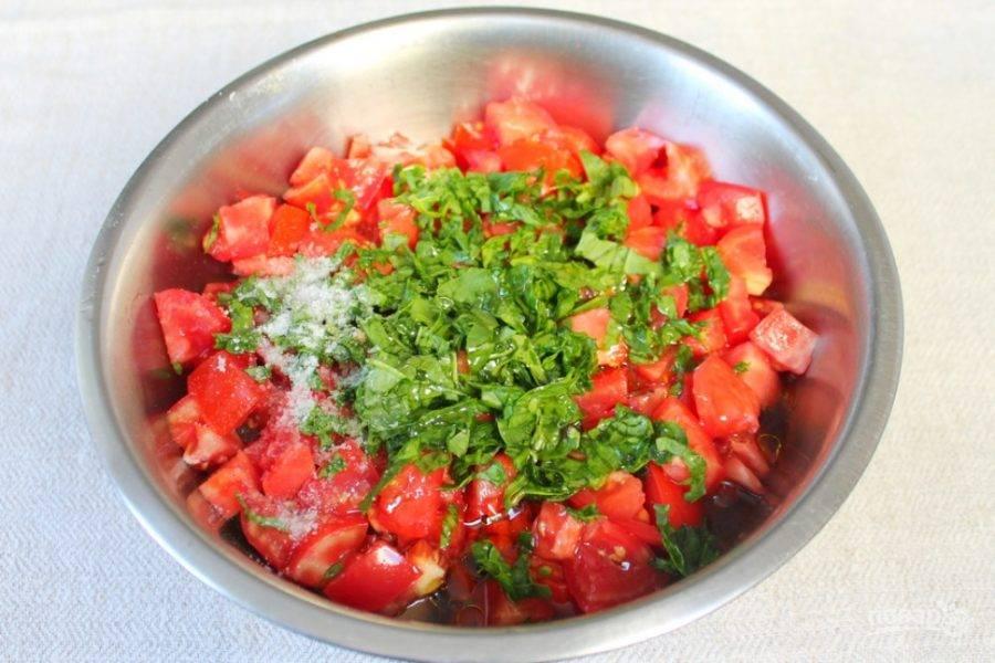 Далее добавляем соль, оливковое масло и порезанный мелко шпинат.
