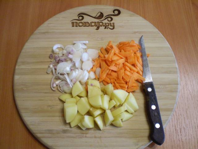 3. Когда горох будет почти готов, нужно подготовить к варке овощи. Вымыть, очистить, нарезать не крупно.