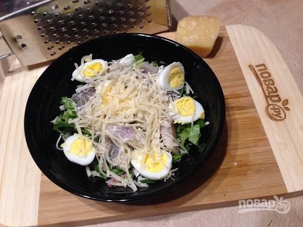 5. Твердый сыр (в идеале — пармезан) натираем на средней или мелкой терке. Посыпаем салат.