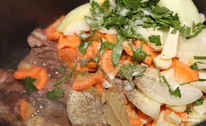 7. Затем выложите к слегка поджаренной дичи нарезанные овощи, специи, петрушку. В том же режиме потомите еще 5 минут. В общей сложности режим «Жарка» займет четверть часа.