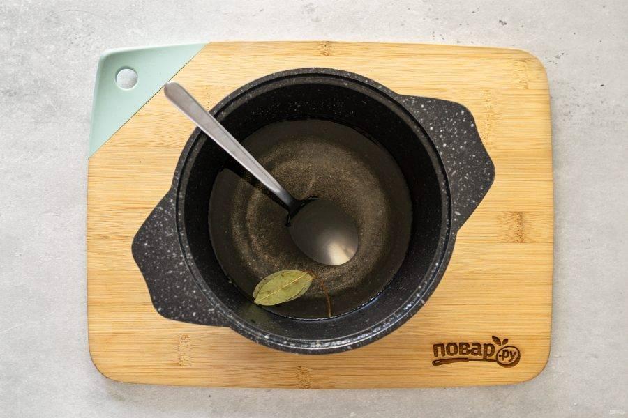 Слейте воду в кастрюлю, добавьте сахар и соль. Доведите до кипения, в конце влейте уксус.