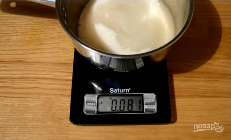 1.Отмеряем необходимое количество сахара в чистый сотейник, вливаем обычную холодную воду, отставляем сотейник в сторону.