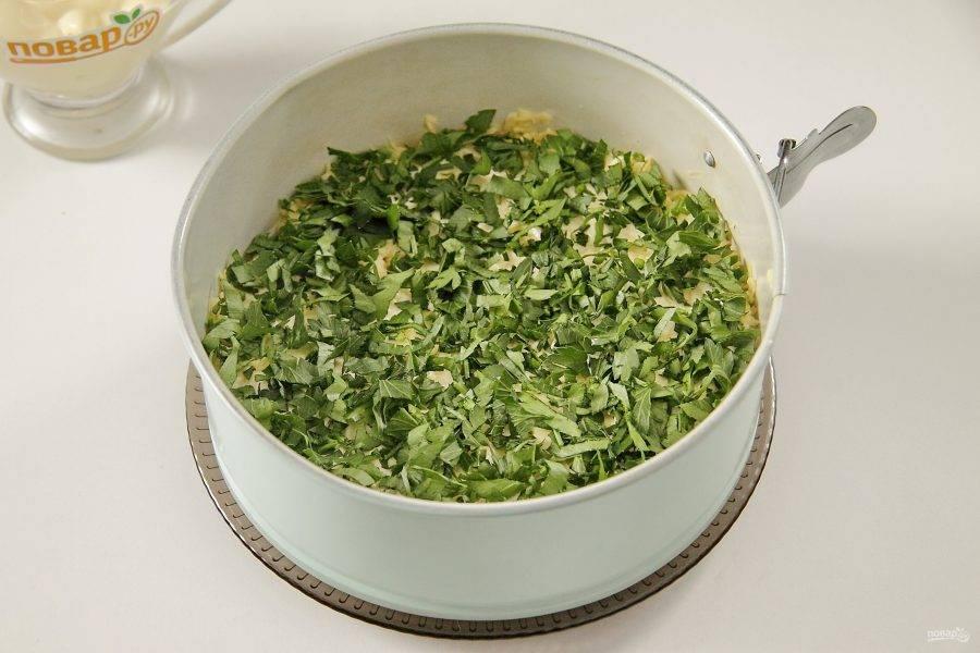 Сыр слегка смазываем майонезом и посыпаем его сверху измельченной свежей зеленью.