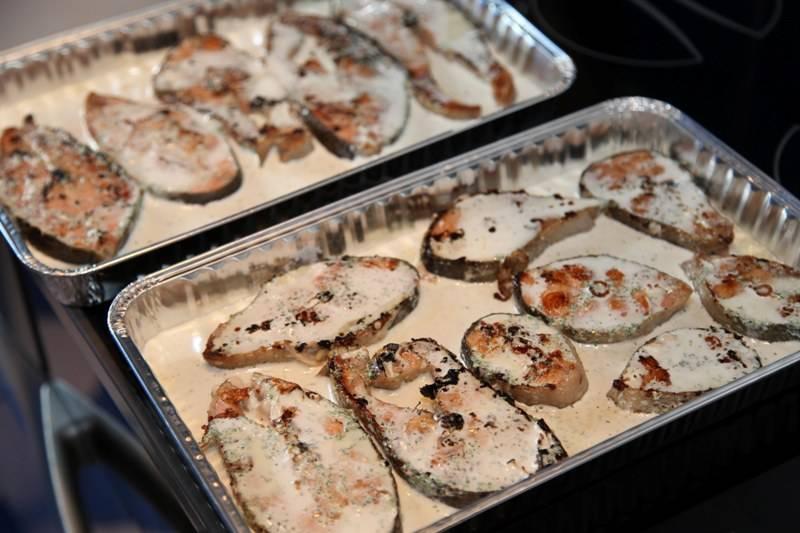 Теперь обжаренные стейки выкладываем в форму для запекания или на противень, застланный фольгой, заливаем их приготовленным соусом.