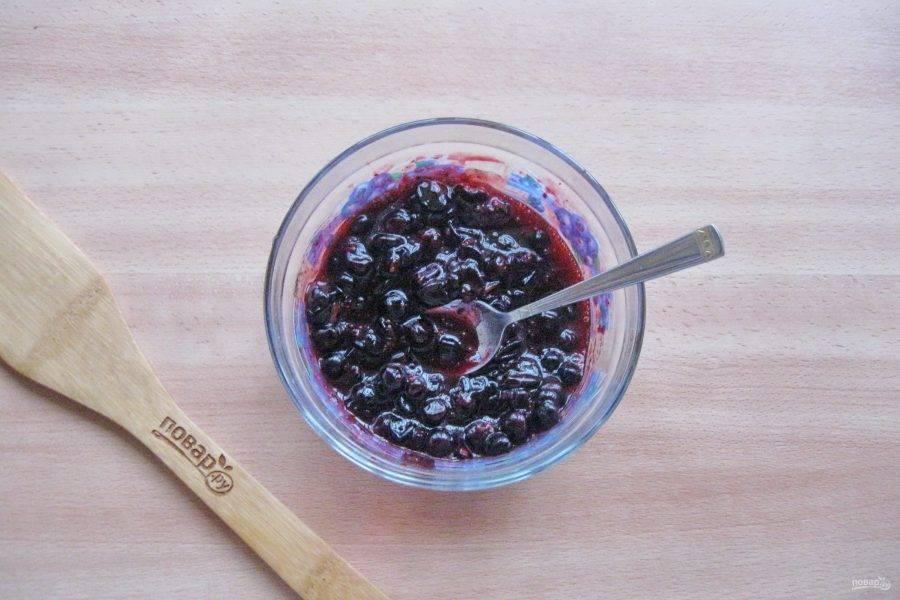 Перемешайте ягоды с сахаром и джемом.