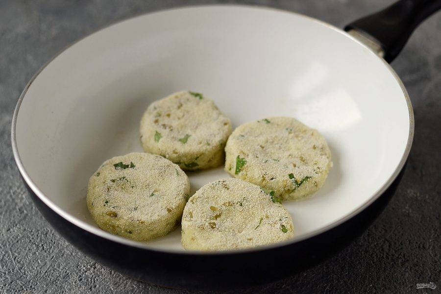 Обжарьте их на сковороде в течение 3-4 минут с каждой стороны до золотистого цвета.