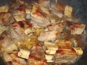 Свиные ребра пожарить на сковороде до золотистой корочки.
