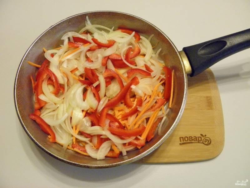 5. К овощам добавьте несколько столовых ложек масла, обжарьте до готовности на среднем огне.