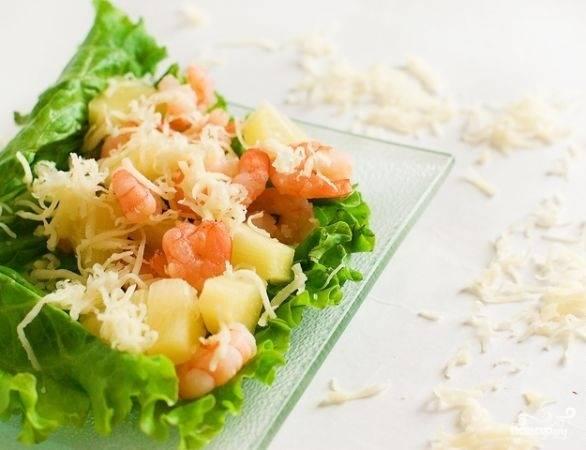4.Листья салата моем и вытираем, выкладываем на тарелку. Сверху на листья выкладываем салат, посыпаем всё сыром и подаем блюдо к столу. Приятного аппетита!