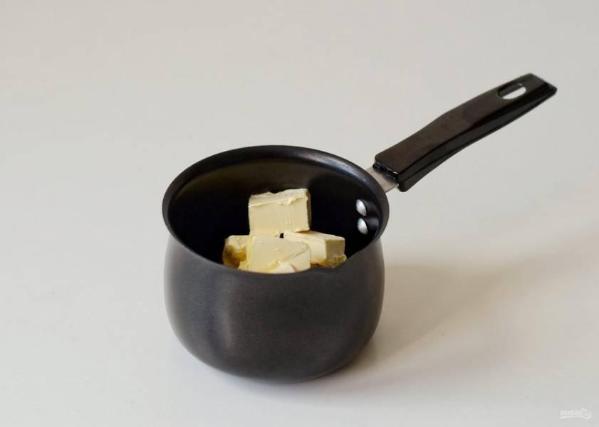Сливочное масло нарежьте кубиками и растопите до жидкого состояния. Влейте в миску и ещё раз перемешайте.