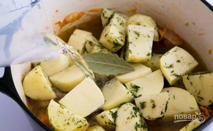 5.Картошку очищаю и нарезаю крупными кусочками. В большую кастрюлю наливаю немного растительного масла и выкладываю мясо, обжариваю его 15 минут, добавляю томатную пасту, морковь с луком, перец и картофель. Кладу лавровый лист, укроп, соль и перец. Перемешиваю и вливаю воду, тушу на слабом огне около 45 минут.