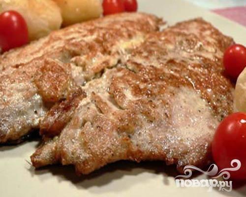 5.Готовые шницеля надо сразу же выложить на порционные тарелочки. Гарниром может быть отваренный рис или картофель. Приятного аппетита!