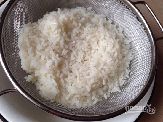 Откидываем сваренный рис на дуршлаг, промываем холодной водой и оставляем, пусть вся жидкость стечет, а сами пока займемся остальными ингредиентами.