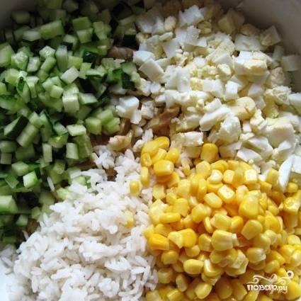 Наконец, наступает черед консервированной кукурузы - ее, без жидкости, тоже добавляем в салат.