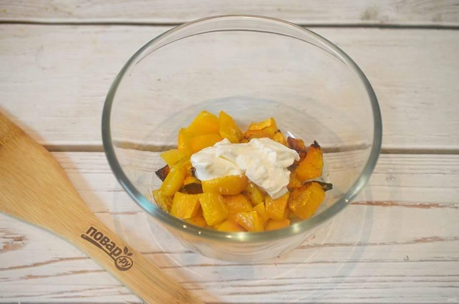 3. Выложите тыкву в миску, добавьте сливочный сыр.