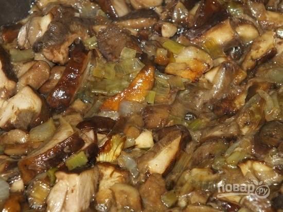 Добавляем грибы и жарим минут 10-15. Добавим измельченный чеснок и жарим еще минутку.