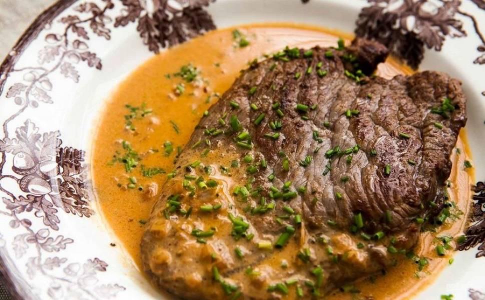 4.Подавайте готовый стейк с соусом и посыпьте зеленым луком.