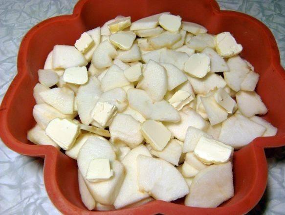 На яблоки разложить кусочки маргарина.