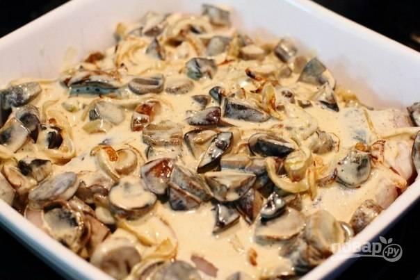 3.В сковороду к грибам и луку вливаю сливки, перемешиваю и прогреваю пару минут. Полученную смесь распределяю по рыбе. Отправляю форму в разогретый до 190 градусов духовой шкаф на 20 минут.