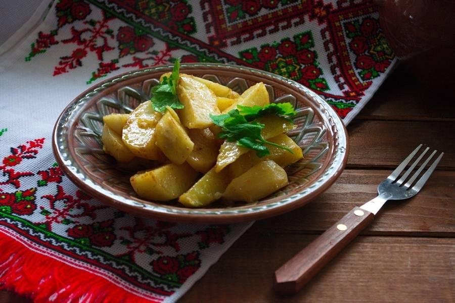 Готовый картофель украсить зеленью и подать к столу.