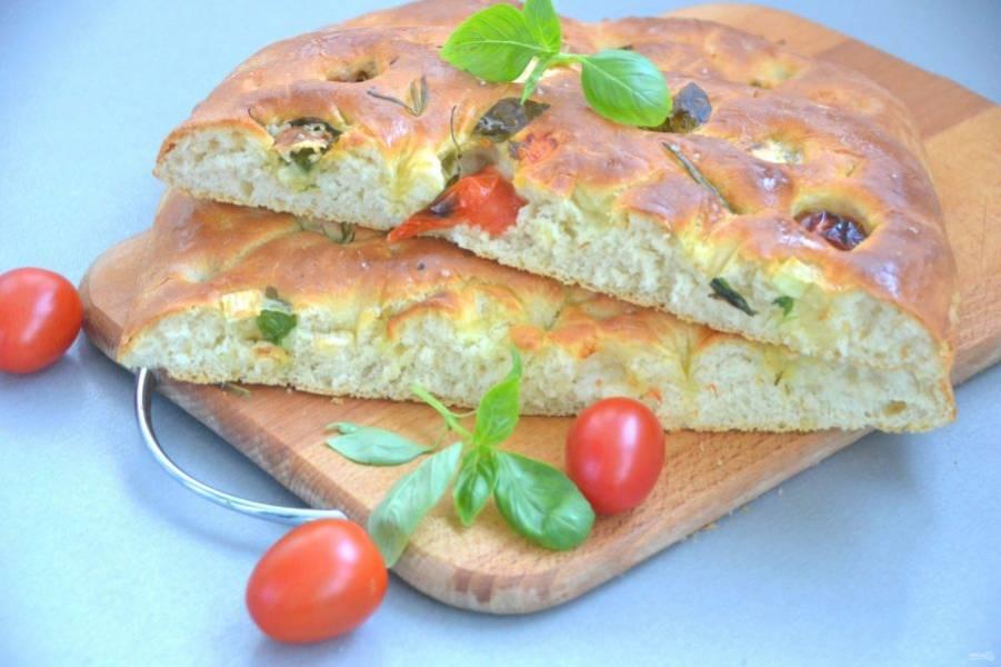 Фокачча от Джейми Оливера получилась очень вкусной, нежной, но при этом с хрустящей корочкой. Можно наслаждаться её вкусом просто так или использовать в качестве хлеба.