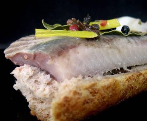 3. Когда рыба постоит в холодильнике сутки, она будет особенно вкусной! Но фактически она готова уже после 12 часов в холодильнике. Приятного аппетита!