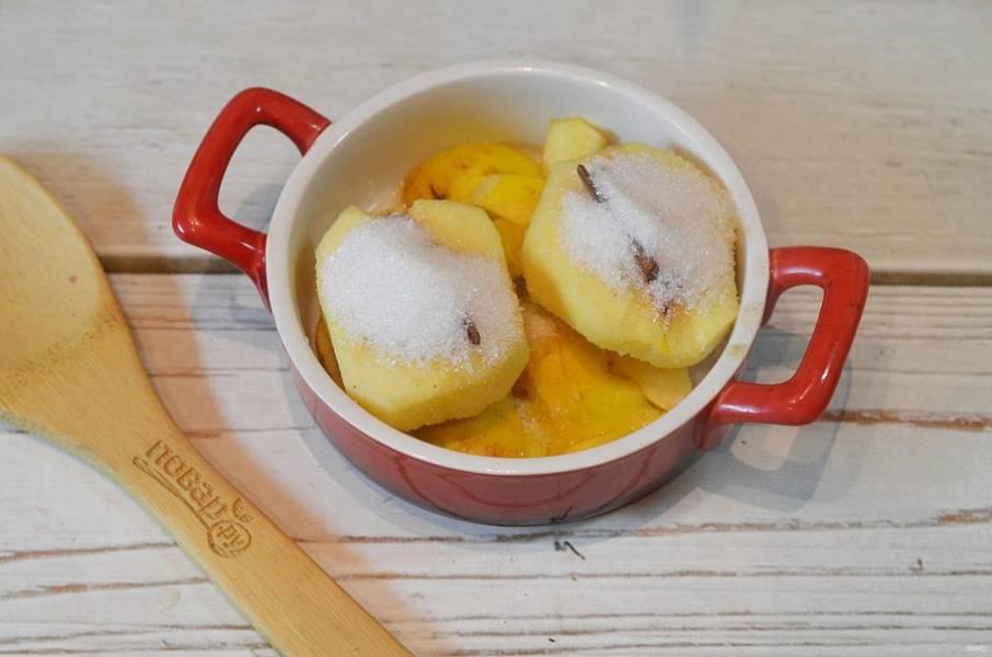 4. Посыпьте сахаром, влейте вино и лимонный сок.