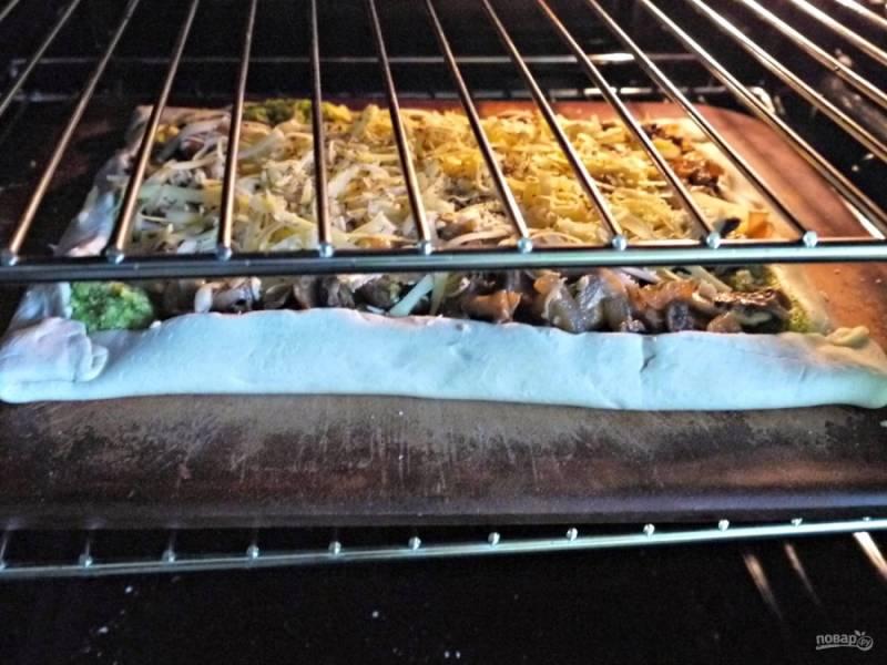 Отправьте пирог на 20-25 минут в разогретую до 200 С духовку.