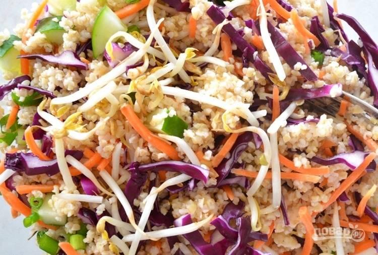 2.Нашинкуйте тонко капусту, нарежьте тонко морковь, тут подойдет терка для моркови по-корейски. Нарежьте мелко огурчик, измельчите кинзу и арахис. Добавьте все овощи, орехи в булгур.