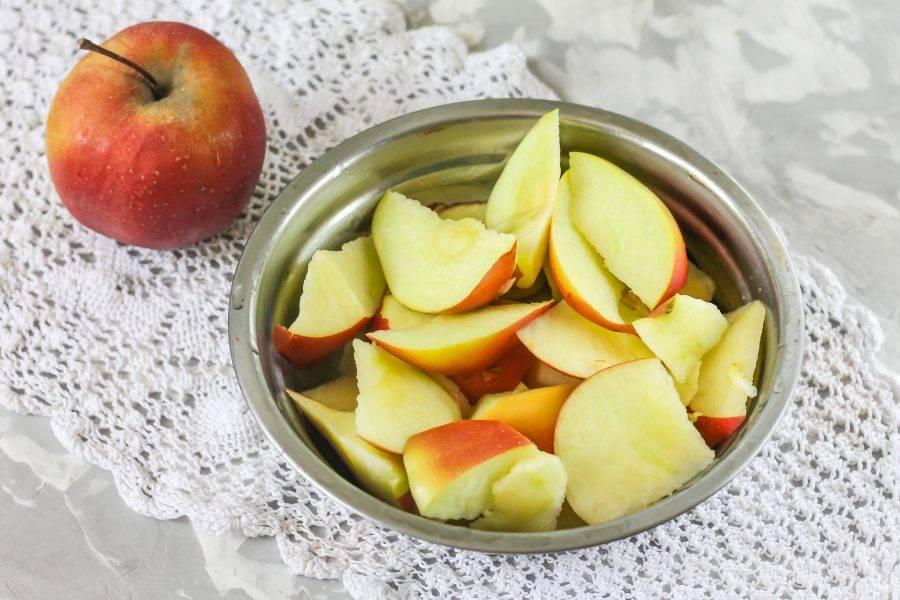 Яблоки промойте в воде, нарежьте ломтиками, удаляя черенок с семенами.
