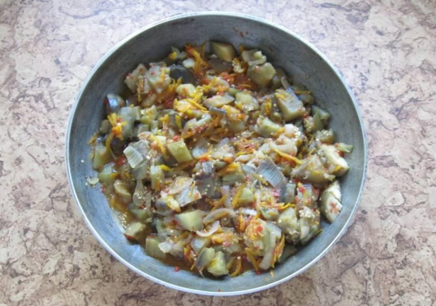 Накройте сковороду крышкой и жарьте икру на среднем огне, часто перемешивая, до готовности всех овощей 30-40 минут.