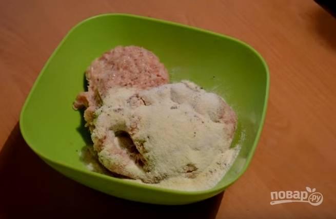 1. Для приготовления фрикаделек замесите фарш. Добавьте в него манную крупу, соль и перец.